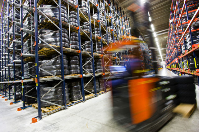 From the logistics centre into the world. Nearly 30% of winter tyres are sold within approximately 10 days of the first snowfall, which poses an enormous challenge for effective logistics and supplementary deliveries in particular.