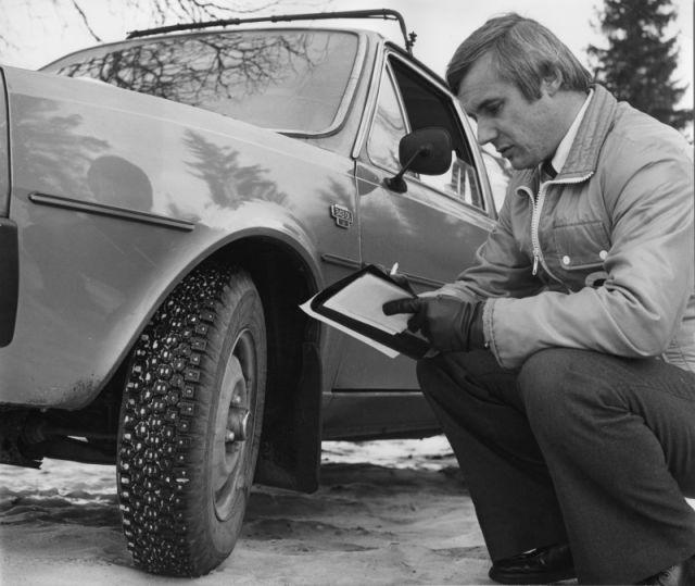 Vuonna 1978 testaajan tarkasteltavana Hakkapeliitta NR 08, ensimmäinen teräsvöinen talvirengas.