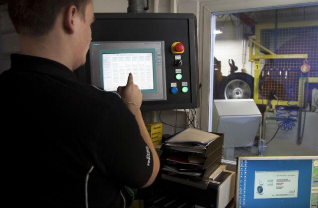 Vierintävastustestaus koestuskoneella. Aitoja olosuhteita simuloidaan monipuolisilla ja huolellisilla testeillä, jotta parhaat renkaat voidaan erottaa hyvistä.