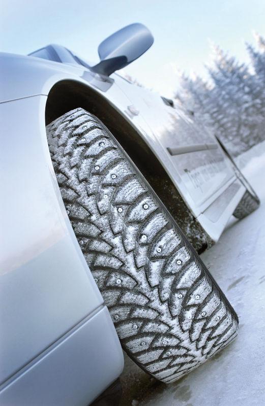 Квадратные шипы шин Nokian Hakkapeliitta 4 обеспечивают прочное сцепление.