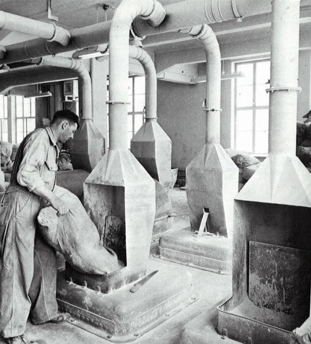 Подкиньте-ка угля! В 1950-х химические вещества добавляли в резиновую смесь вручную. Смесители на перфокартах впервые появились в 1963 г.