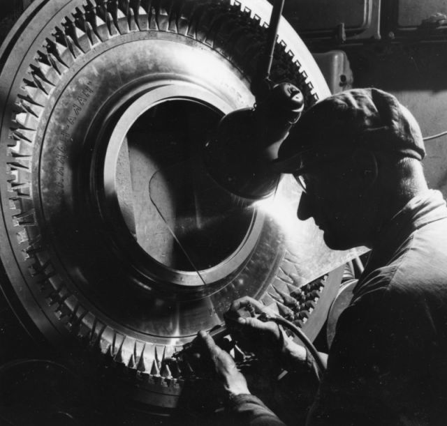 An engraver finishing the mould for a Haka-Hakkapeliitta at the end of the 1950s.
