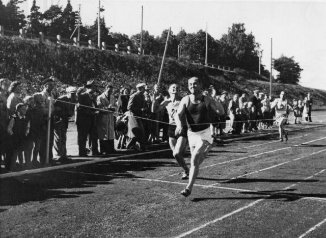 """В честь Олимпийских игр 1952 года рабочие трех заводов Gummitehdas в Нокиа, Тампере и Савио приняли участие в так называемых """"Резиновых играх"""" на стадионе в Тампере. На фотографии — последние моменты забега руководителей на стометровую дистанцию."""