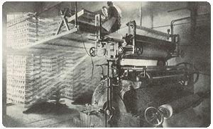 Ткацкая машина в движении. Обрезинивание кордовой ткани, необходимой для шин.