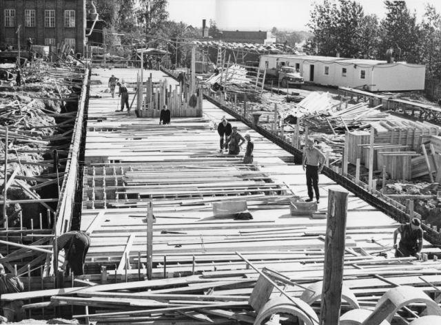 New factory building under construction on the Nokia Kumiteollisuus plot in the summer of 1967.