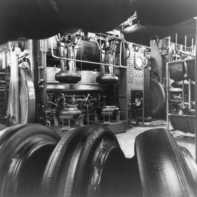 Зеленые шины на новом заводе по производству радиальных шин. На заднем плане работает форматор-вулканизатор.