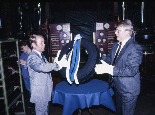 Пять миллионов шин NR 09 — получите, распишитесь! В октябре 1987 года завод отметил выпуск 5 миллионов шин Hakkapeliitta NR 09. Производство шин началось в 1979 г.